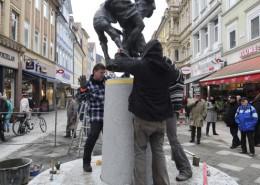 ID 2013-02-3085  Nabel wird aufgestellt Göttingen Weender Straße / Prinzenstraße Niedersachsen Deutschland Gegen 8 Uhr rollt Laster mit Tanz und Säule an...... realistisch für Fotos ist sicher eher gegen Uhr... Ansprechpartnerin